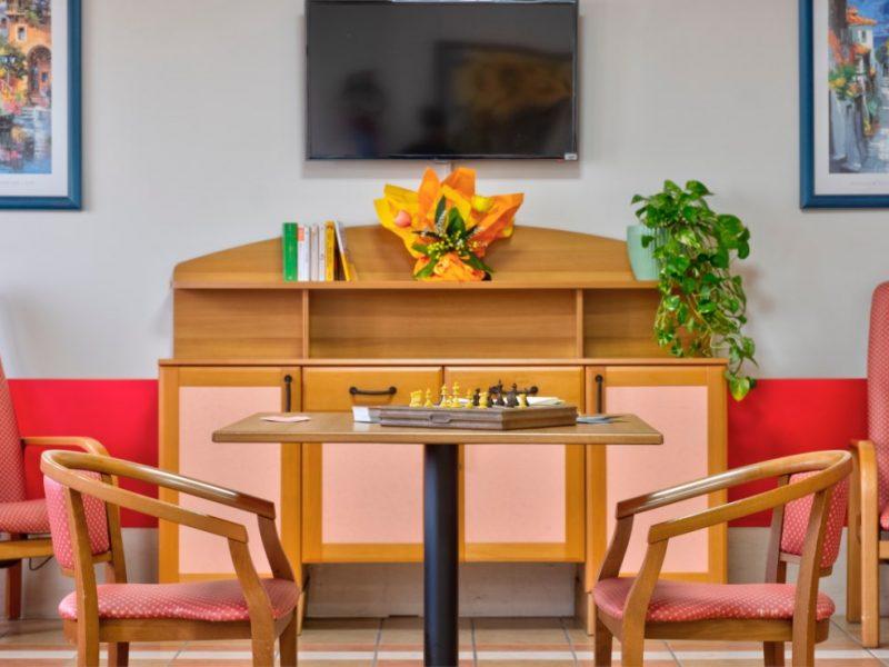 tavolino con scacchiera per giochi di societa'