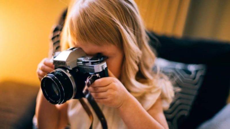 bimba e macchina fotografica